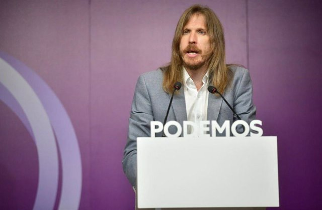 El coportavoz estatal de Podemos, Pablo Fernández, atiende a los medios de comunicación en la sede central del partido en Madrid.