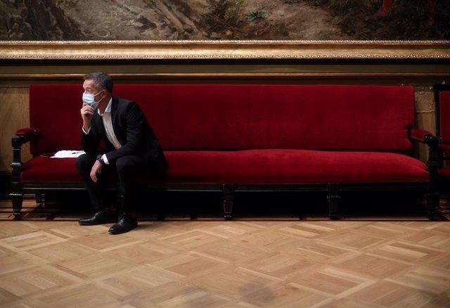 Archivo - El portavoz del Grupo Socialista en el Senado, Ander Gil, espera sentado en un sillón momentos antes de ofrecer una rueda de prensa tras la Junta de Portavoces en la Cámara Alta, en el Salón de los Pasos Perdidos, en Madrid (España) a 22 de sept