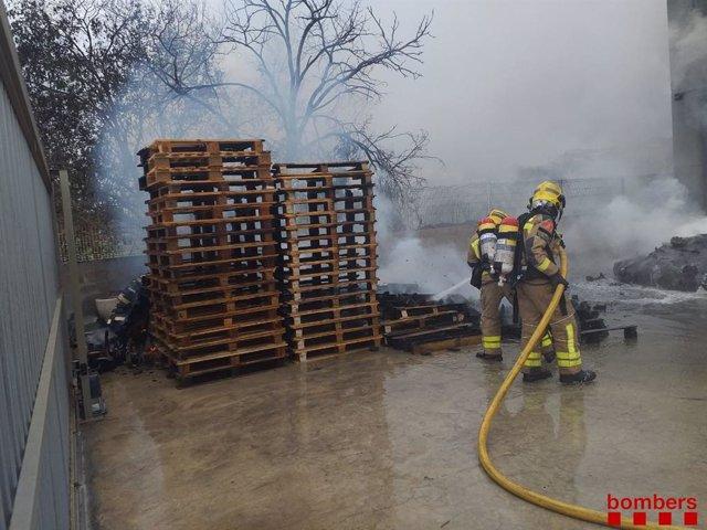 Els Bombers treballen per extingir l'incendi en un polígon d'Olesa de Montserrat