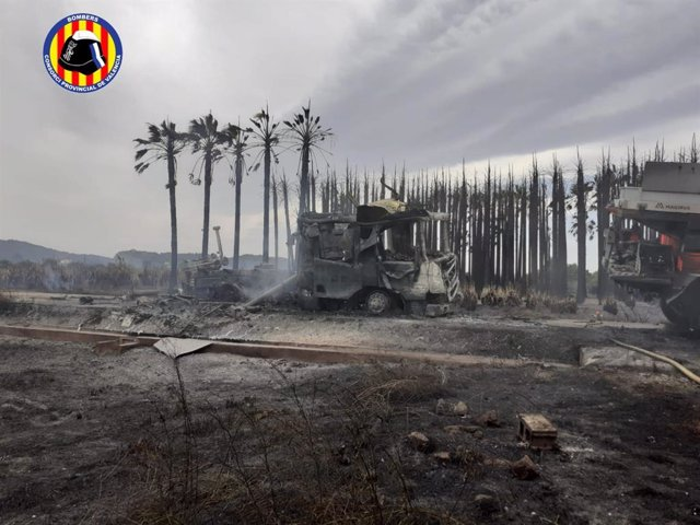 Dos camiones de bomberos del Consorcio calcinados en un incendio en Polinyà del Júcar (Valencia)