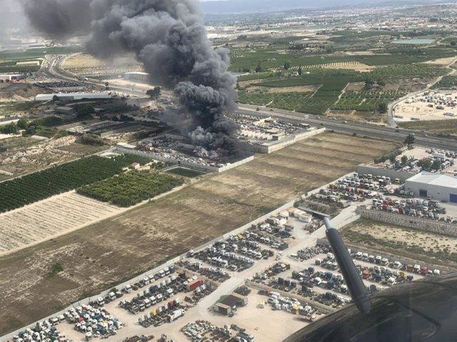 Imagen aérea del incendio facilitada por helicóptero de la Dirección General de Seguridad Ciudadana y Emergencias.