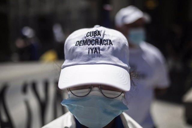 Una persona viste una gorra a favor de la democracia en Cuba en el Congreso de los Diputados en apoyo a las movilizaciones contra el Gobierno cubano registradas ayer en la isla.