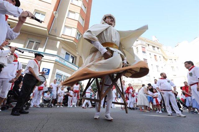 Archivo - Baile de uno de los gigantes de la Comparsa durante las fiestas de San Fermín de 2019