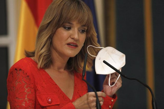 La nueva ministra de Educación y Formación Profesional, Pilar Alegría, en el traspaso de carteras.