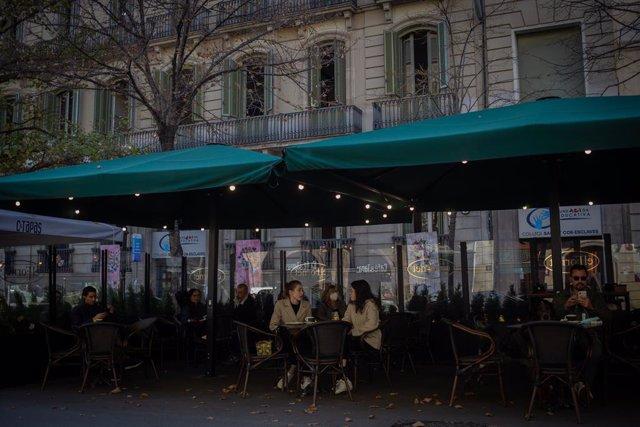 Archivo - Arxiu - Un grup de persones en una terrassa de Barcelona