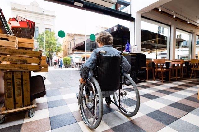 Una mujer en silla de ruedas