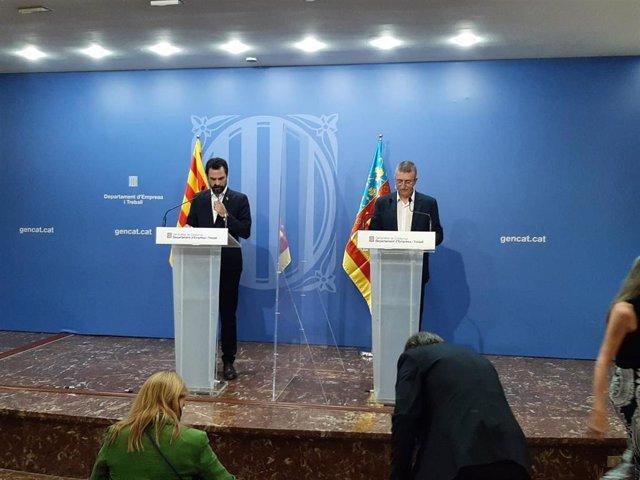 El conseller de Empresa y Trabajo de la Generalitat, Roger Torrent, y el conseller de Economía Sostenible de la Generalitat Valenciana, Rafa Climent, en rueda de prensa