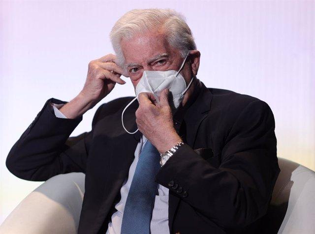 El presidente de la Fundación Internacional para la Libertad, Mario Vargas Llosa, se quita la mascarilla para hablar durante la inauguración del XIV Foro Atlántico 'Iberoamérica: democracia y libertad en tiempos recios', a 9 de julio de 2021, en la Casa A