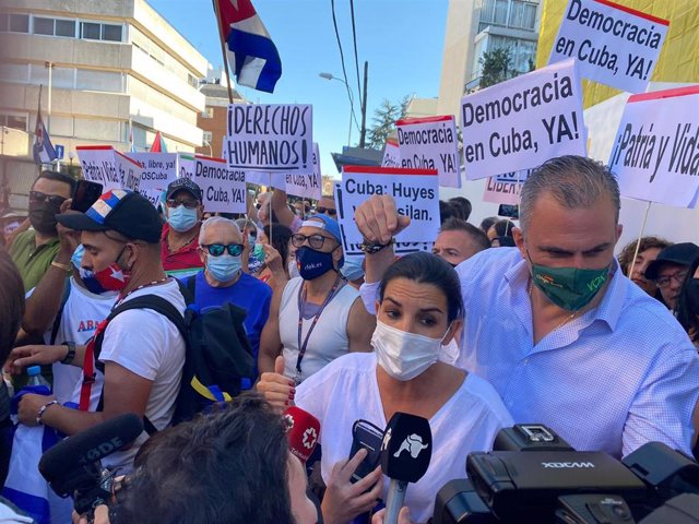 La portavoz de Vox en la Asamblea de Madrid, Rocío Monasterio, y su homólogo en el Ayuntamiento de la capital, Javier Ortega Smith, durante una concentración en apoyo del pueblo cubano frente a la embajada de la isla en Madrid.