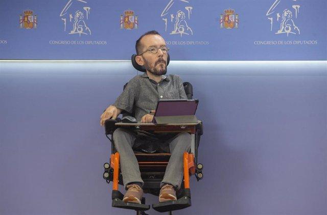 El portavoz de Unidas Podemos en el Congreso, Pablo Echenique, interviene en una rueda de prensa en el Congreso de los Diputados, a 1 de julio de 2021, en Madrid (España). Durante su comparecencia han anunciado que Unidas Podemos va a promover la derogaci