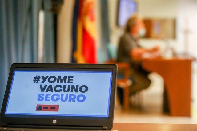 Una pantalla en la que se lee: `Yo me vacuno seguro, en una rueda de prensa para informar sobre la pandemia de Covid-19, a 12 de julio de 2021, en el Ministerio de Sanidad, Madrid, (España). En la rueda de prensa, Fernando Simón ha informado que la incid