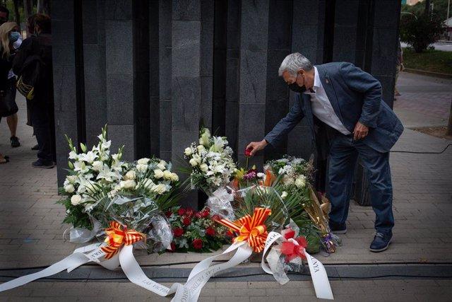 Momento de la ofrenda floral en memoria de Miguel Ángel Blanco.