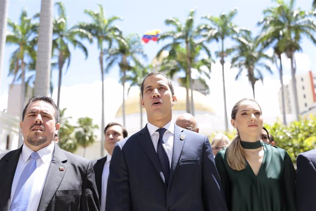 Archivo - 05 July 2019, Venezuela, Caracas: opposition leader and self-proclaimed president Juan Guaido Juan Guaido (C) and his wife Fabiana Rosales (R) take part in an Independence Day event on the premises of the National Assembly. Guaido has called on