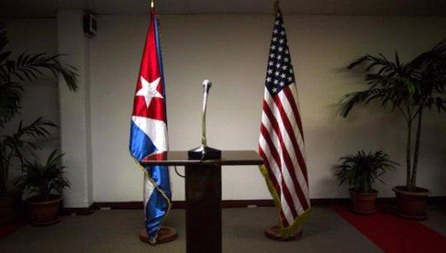 Archivo - Banderas de Cuba y Estados Unidos