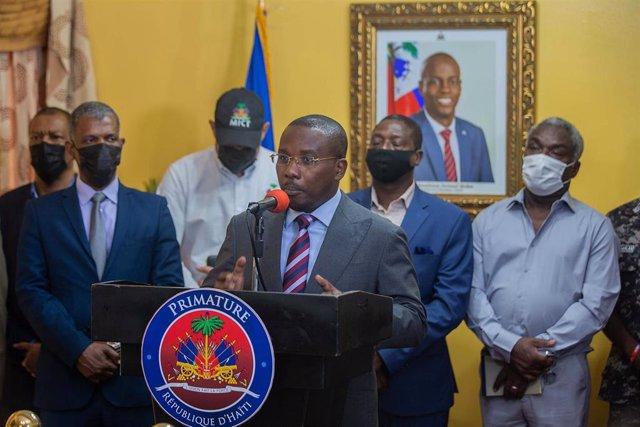 El primer ministro interino de Haití, Claude Joseph, habla durante una conferencia de prensa en su residencia.