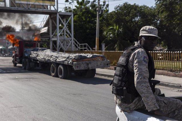Archivo - Un policía en Puerto Príncipe, Haití