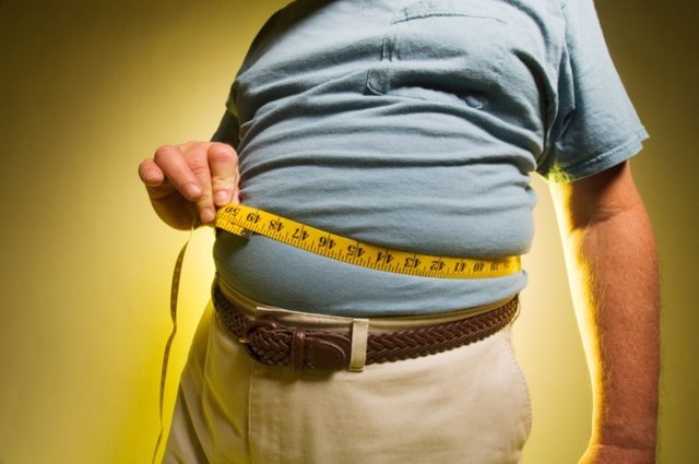 Archivo - Man measuring his waist