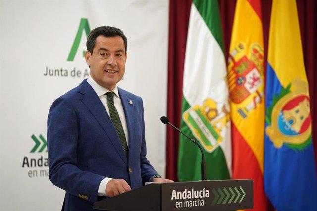 Juanma Moreno, durante su visita al Hospital Punta Europa de Algeciras.