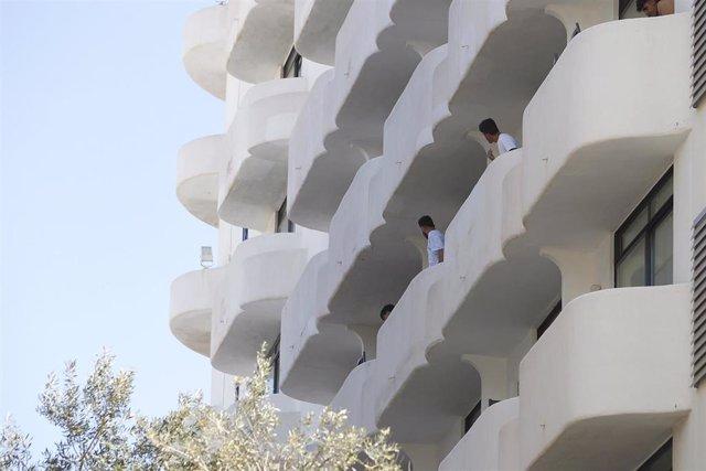 Dos jóvenes en un balcón del hotel Palma Bellver, donde estaban confinados 249 jóvenes por el brote de un viaje de estudios a Mallorca, a 30 de junio de 2021, en Palma de Mallorca, Islas Baleares (España).