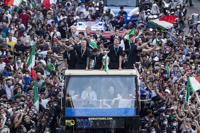 12 July 2021, Italy, Rome: Italy players parade with the UEFA EURO 2020 trophy on a double-decker bus. Italy won the European Championship for the first time since 1968 with a 3-2 victory on penalties over England in the 2020 final at Wembley. Photo: Robe