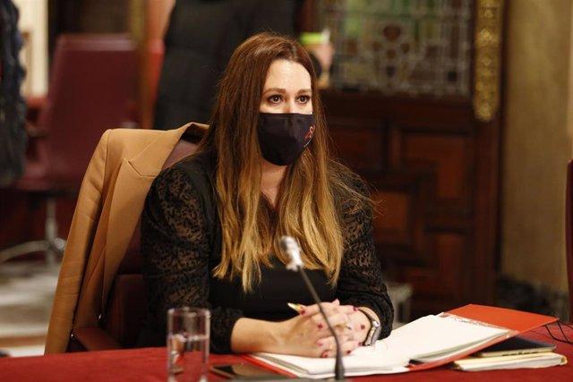 Foto de la delegada de Educación, Marisa Gómez, durante el Pleno del Ayuntamiento.