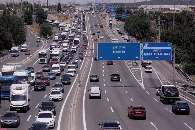 Archivo - Tráfico de coches en la autovía del Sur o A-4, antiguamente llamada autovía de Andalucía a la altura de la localidad del municipio de Getafe, a 11 de junio de 2021, en Madrid (España). Acercándonos a la entrada del verano, muchas familias están
