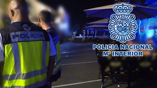 La Policía disuelve un botellón en Alicante con un centenar de jóvenes en la playa del Postiguet sin mascarilla