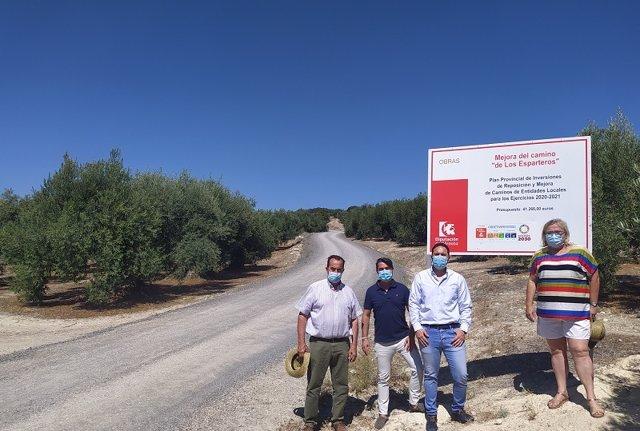 El delegado de Infraestructuras Rurales de la Diputación de Córdoba, Manuel Olmo (segundo por la dcha.), visita la obra de mejora del camino 'De los Esparteros' en Zuheros.