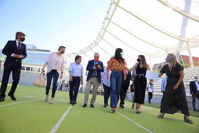 El alcalde de Madrid, José Luis Martínez-Almeida, y la vicealcaldesa, Begoña Villacís, junto con la delegada de Deporte, Andrea Levy, y la concejala delegada de Deporte, Sofía Miranda, en el acto de despedida de los deportistas madrileños a Tokio. Archivo
