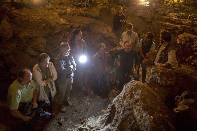 Archivo - Visita a la cueva de El Pendo