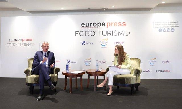 El Vicepresidente Primero de la Xunta de Galicia, Alfonso Rueda (i), conversa junto a la directora de Desarrollo de Negocio de Europa Press, Candelas Martín de Cabiedes Arranz (d), en el Foro Turismo de Europa Press