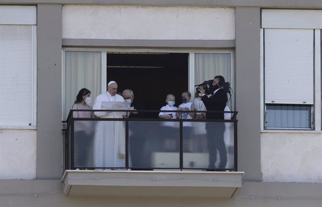 El papa Francisco, durante el rezo del ángelus, desde el hospital Policlinico Gemelli, donde permanece ingresado, a 11 de julio de 2021, en Roma (Italia). Se trata de la primera cita pública del Pontífice tras su convalecencia en el hospital donde ingresó