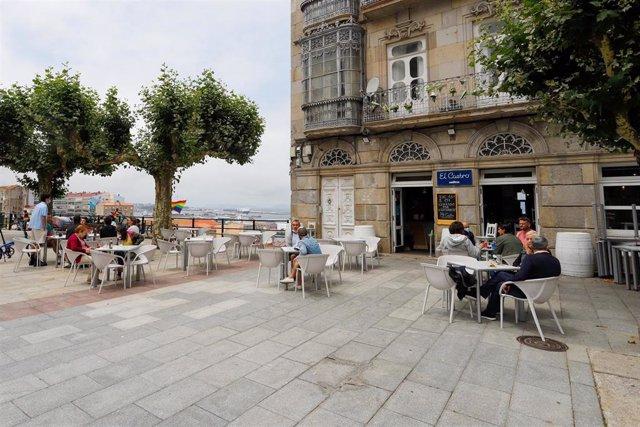 Varias personas en una terraza de Vigo, a 26 de junio de 2021, en Pontevedra, Galicia (España).