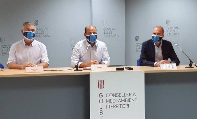 El doctor del grupo de investigación del IMEDEA Jorge Terrados; el conseller de Medioambiente y Territorio, Miquel Mir, y el delegado de Red Eléctrica Española, Eduardo Maynau
