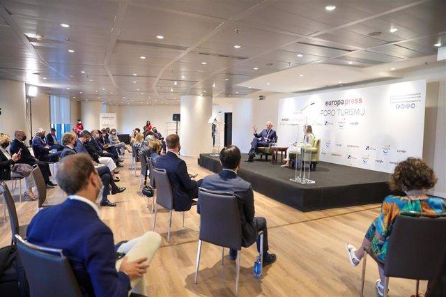 El Vicepresidente Primero y Consejero de Presidencia, Justicia y Turismo de la Xunta de Galicia, Alfonso Rueda (i), conversa junto a la directora de Desarrollo de Negocio de Europa Press, Candelas Martín de Cabiedes Arranz (d),