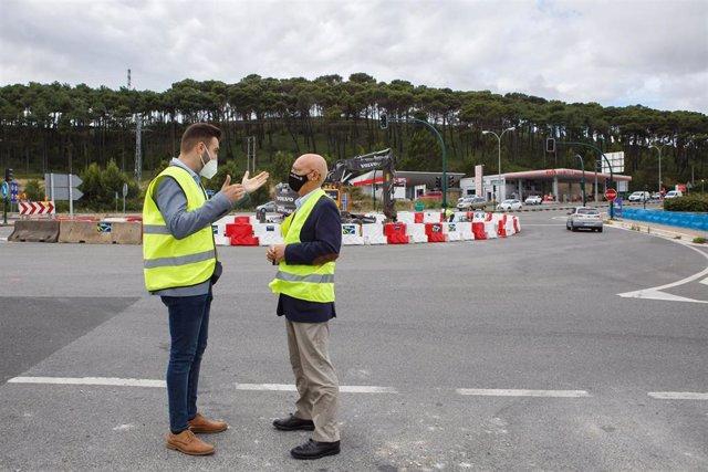 El alcalde de Zizur Mayor, Jon Gondán, y el consejero de Cohesión Territorial, Bernardo Ciriza, durante la visita a los primeros trabajos en la renovación del nudo semafórico de Zizur.