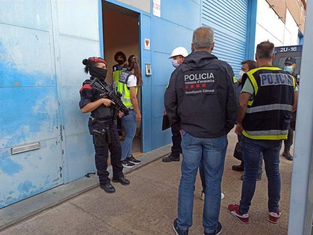Agents del cos de Mossos d'Esquadra i la Policia Nacional durant el dispositiu