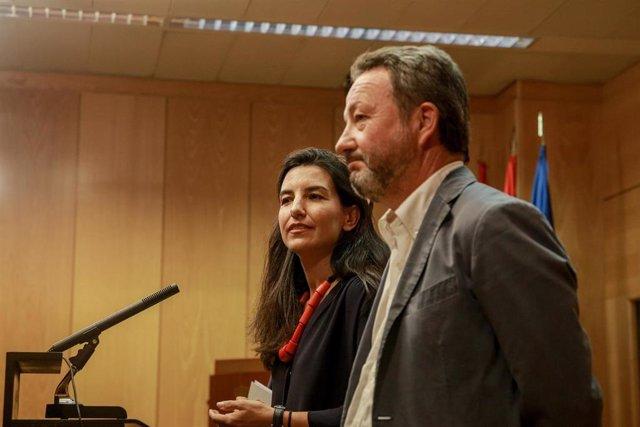 Archivo - Íñigo Henríquez de Luna junto a la portavoz de Vox en la Asamblea, Rocío Monasterio. Archivo.