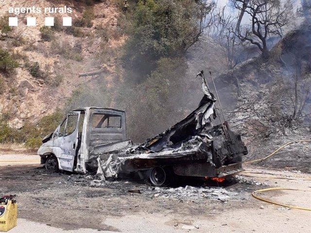 Imatge del vehicle incendiat a la carretera entre Tossa de Mar i Lloret de Mar