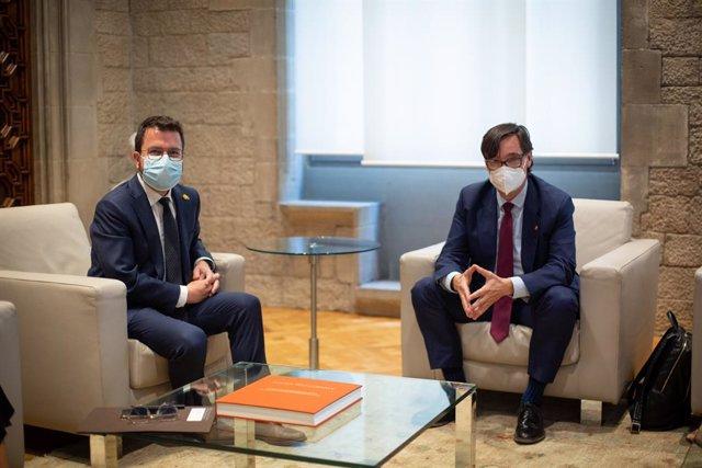 El president de la Generalitat, Pere Aragonès, durant una reunió amb el líder del PSC al Parlament, Salvador Illa