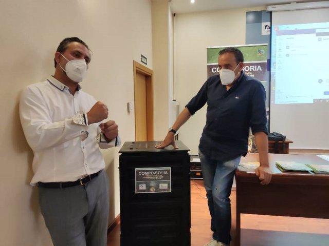 Raúl Pacho (izda) y Raúl Lozano explican la campaña de reciclaje 'Compo-Soria'.