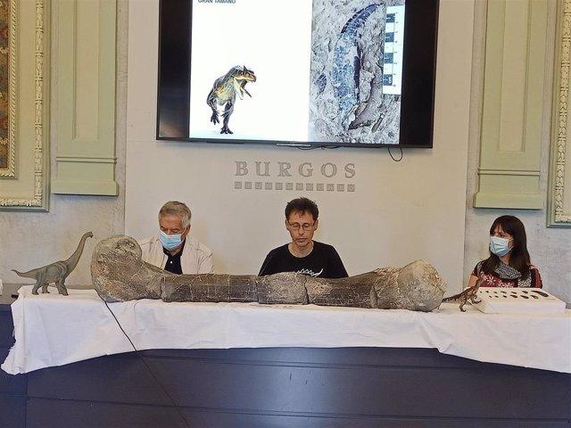 Torcida (C) durante la presentación de la XVIII Campaña de excavaciones de restos de dinosaurios.