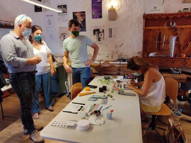 El conseller de Promoción Económica y Desarrollo Local, Jaume Alzamora, visita un establecimiento de artesanía en Mallorca