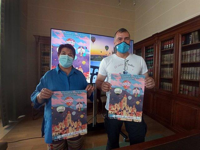 La alcaldesa de Segovia, Clara Luquero, y el representante de la empresa 'Siempre en las Nubes', Cristian Biosca.