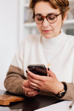 Una alumna con un móvil