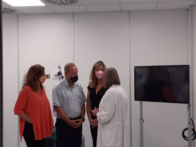 La presidenta del Govern, Francina Armengol; acompañada de la consellera de Salud y Consumo, Patricia Gómez, visita el servicio de radiología y hemodinámica de Son Llàtzer.