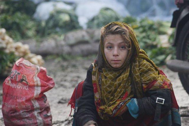 Archivo - Una refugiada afgana en Lahore, Pakistán