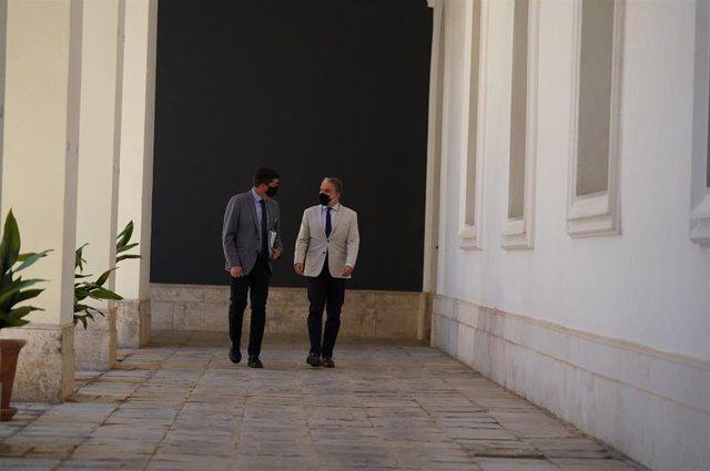 Juan Marín (i.) y Elías Bendodo (d.), este martes