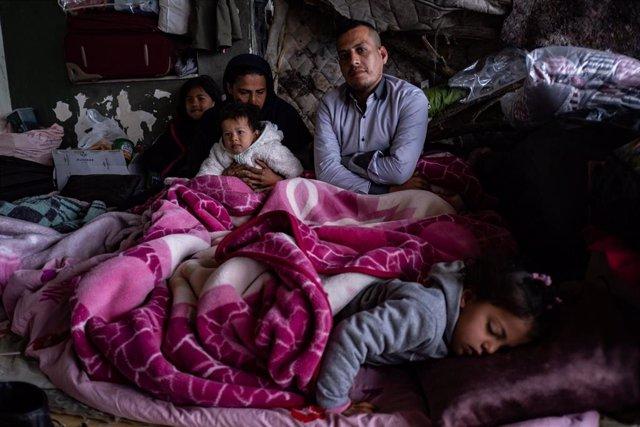 Archivo - Refugiados afganos en un edificio en la frontera entre Turquía y Grecia