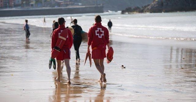 Archivo - Arxiu - Imatge de recurs de dos socorristes de la Creu Roja
